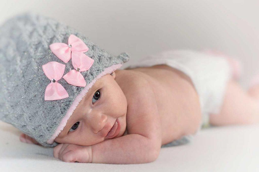 Trætte og sultne babyer er helt umulige at fotografere, og det er DIN opgave at sørge for at få det til at passe ind 🙂 Det er tilladt at medbringe legetøj, en bamse tæppe, kasket, hårbånd eller andet der kan sætte et personligt præg, og måske har en særlig betydning for jer. Måske mormor har strikket eller hæklet et lækkert tæppe eller andet lækkert, så tag det endelig med. Lidt overvejelser omkring tøjet, vælg ikke for spraglet eller mønstret. Til den lille seje dreng, måske et par jeans og en hvid undertrøje/body, og til den lille pige en yndig lille kjole evt en strut kjole/nederdel i sarte lyse farve unde print. Jeg har selvfølgelig også tæpper, kasser og lign til de små. Husk pusletasken med en ren ble, lidt skifte tøj i tilfælde af uheld og lidt mad/flaske. EN SUT, en sut er guld værd hvis dit barn bruger det.
